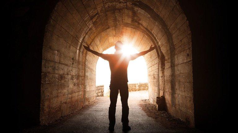 Endlich Licht am Ende des Tunnels: Wer in der jahrelangen Wohlverhaltensphase zeigt, dass er mit Geld umgehen kann, kann am Ende mit der Restschuldbefreiung seine finanzielle Freiheit wiedererlangen.