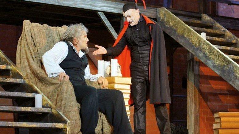 Teufelspakt: Mario Ramos als Mephisto und Sascha Gluth als Faust. Foto: Hollatz