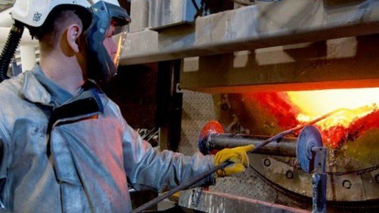 Am Ofen: Matthias Schild zieht Schlacke von der 1.100 Grad heißen Metall-Legierung. Foto: Moll