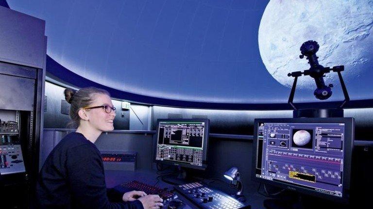 Laupheim: Am Steuerpult wird Kurs auf den Pluto-Mond Charon genommen. Foto: Volkssternwarte Laupheim