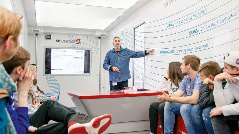 Einblick: Ausbilder Romeo Perisic stellt das Unternehmen Leistritz vor. Foto: Tuler