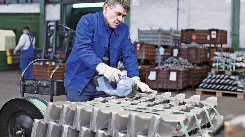 Geschmiedet und geprüft:Mehmet Yaruz verpackt Kettenmitnehmer für den Bergbau. Foto: Moll