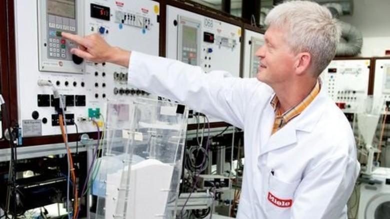 Alles im Blick: Martin Horsthemke kontrolliert, ob die Waschmittel-Dosierung stimmt. Foto: Moll