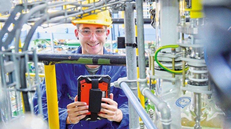 """Hat Spaß: Rouven Berg, angehender Chemikant bei der BASF, qualifiziert sich bereits in """"Digitalisierung und vernetzte Produktion""""."""
