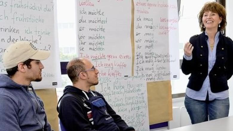 Deutschstunde: Lehrerin Monica Ackermann mit ihren Schülern. Foto: Bahlo