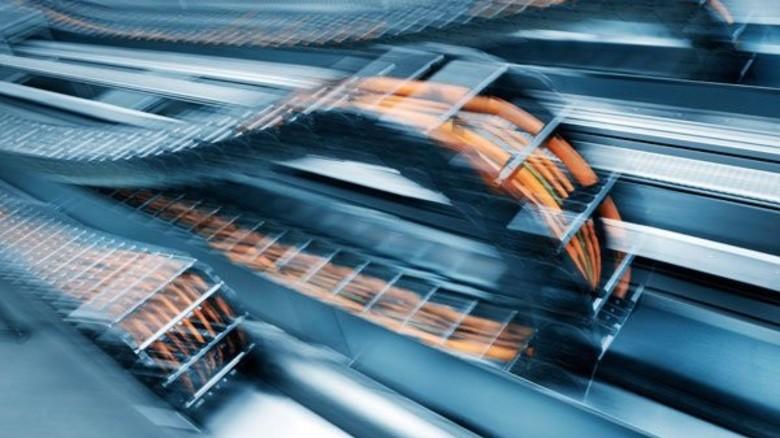 Leitung in Bewegung: Damit Kabel in vor- und zurückfahrenden Maschinenteilen nicht brechen, werden sie in sogenannte Schleppketten eingebaut. Foto: Werk