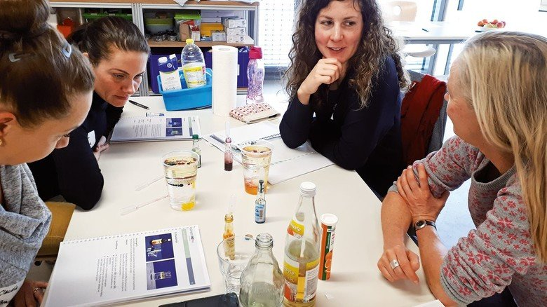 Ein kleines Chemielabor: Lehrer lernen, wie man mit Zutaten aus der Schulküche Experimente machen kann.