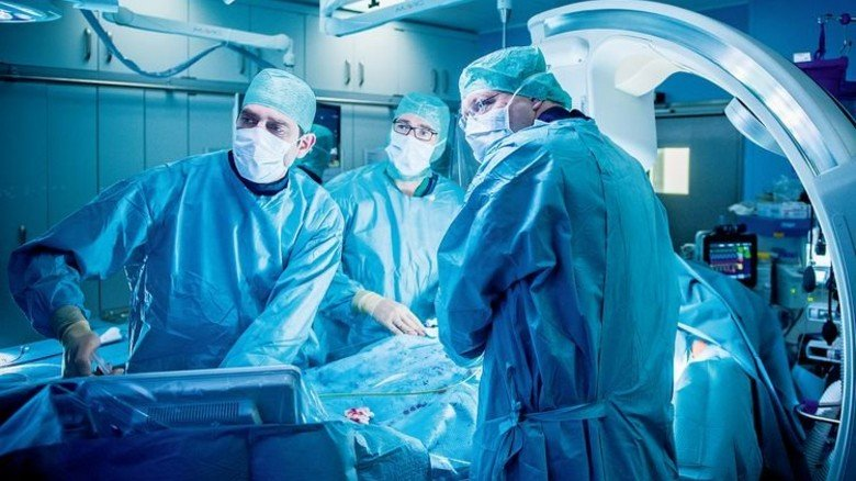 Operation mit Videotechnik: Jeder dritte Euro der Krankenkassen fließt in die Kliniken. Foto: Funke