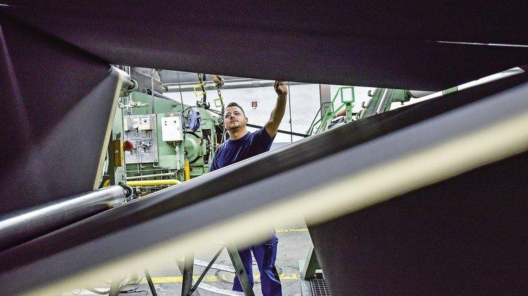 Leistungsfähige Maschinen: CCM fertigt jährlich zehn Millionen Quadratmeter Dichtungsbahn und will die Produktion weiter steigern.