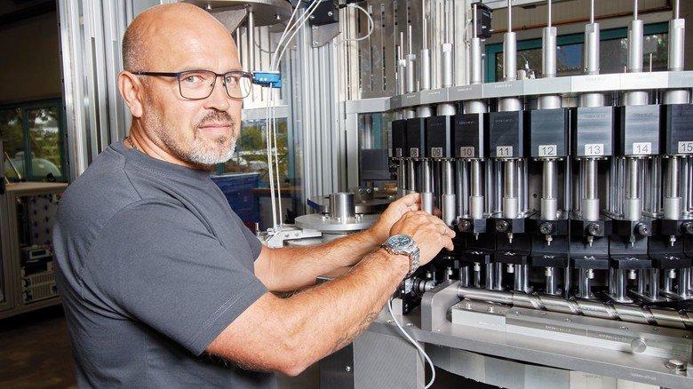 Alter Hase: Alexander Schwindt, Werkstatt- und Bereichsleiter der Firma Feldmann, an einem Montageautomat für Bürstenscheiben.
