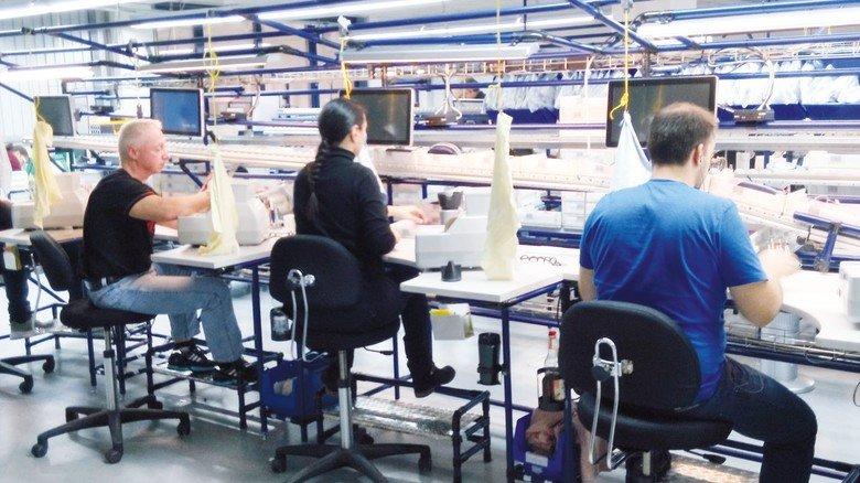 Zügig verbunden: Am Stammsitz in Schwabach werden die Sehhilfen montiert.