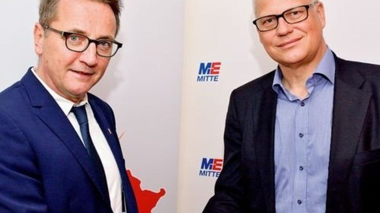 Klassischer Handschlag: Thomas Brunn (rechts) und Jörg Köhlinger besiegeln den neuen Tarifvertrag. Foto: Scheffler
