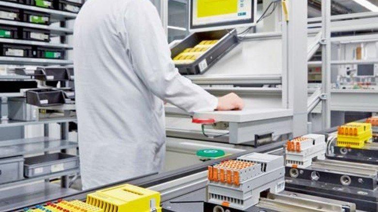 Durchgängiger Informationsfluss: Der Chip im schwarzen Träger gibt für das gelbe Gehäuse darüber die Fertigung auf dem Band vor. Foto: Werk