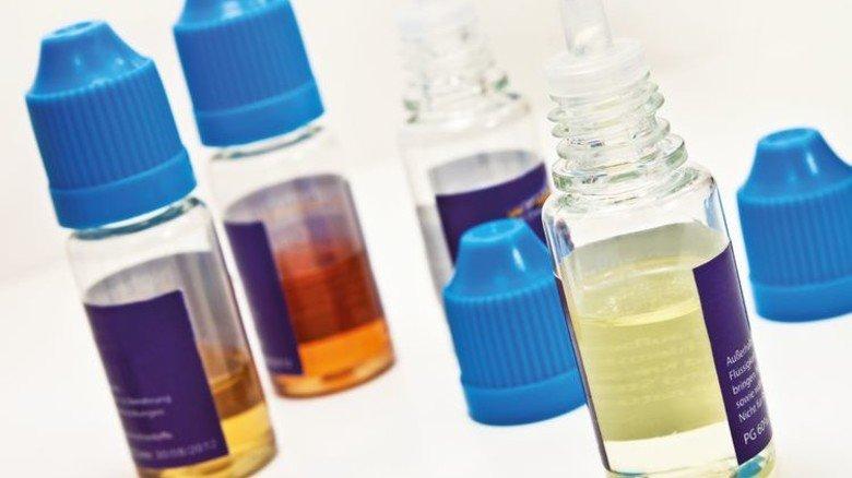 Fläschchen mit Liquid: Es gibt sie in zig Geschmacksrichtungen. Foto: Adobe Stock