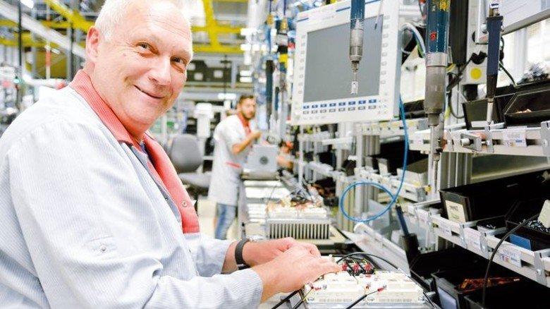 Montage: Produktionsmitarbeiter Rainer Benesch baut bei Bosch Rexroth in Erbach einen Schweißumrichter. Foto: Scheffler