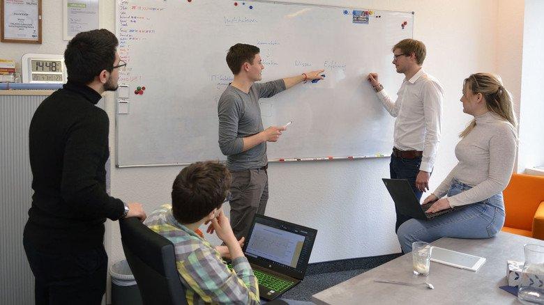 Arbeiten im Team bei IT-Seal in Darmstadt: Ideen werden auch schon mal ganz klassisch an die Tafel geschrieben. An der Tafel stehen die Geschäftsführer Yannic Ambach (links) und David Kelm.