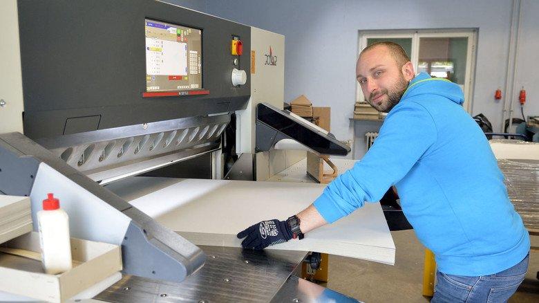 Start der Produktion: Dimitar Myadelets schneidet am Planschneider Karton in Streifen.