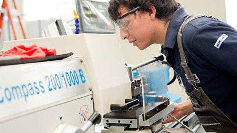 Iván im Betrieb: An der Drehmaschine lernt er das Einmaleins seines Berufs. Foto: Straßmeier