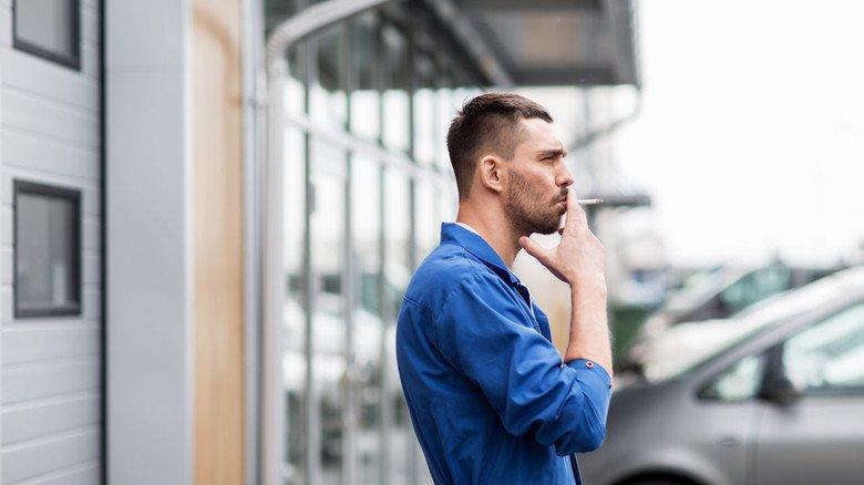 Blauer Dunst an frischer Luft: Arbeitnehmer sind in den Zigarettenpausen gesetzlich unfallversichert – solange sie sich auf dem Betriebsgelände aufhalten.