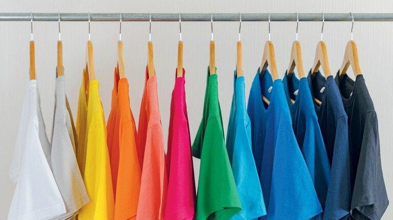 Bessere Färbetechnik: T-Shirts lassen sich jetzt schon bei 60 Grad statt wie früher bei 100 Grad färben, das Verfahren von CHT spart zudem gut ein Drittel Wasser.