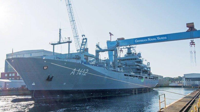An der Förde: Ein Marineschiff am Kai von German Naval Yards in Kiel.
