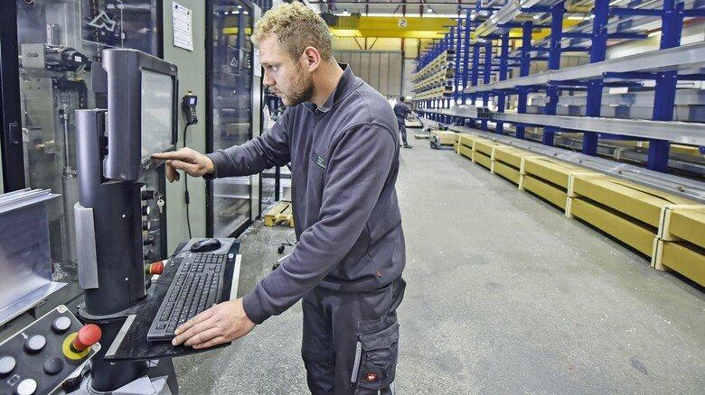 Steuerpult: Am CNC-Center checkt Torsten Becker die vorgegebenen Fertigungskoordinaten.