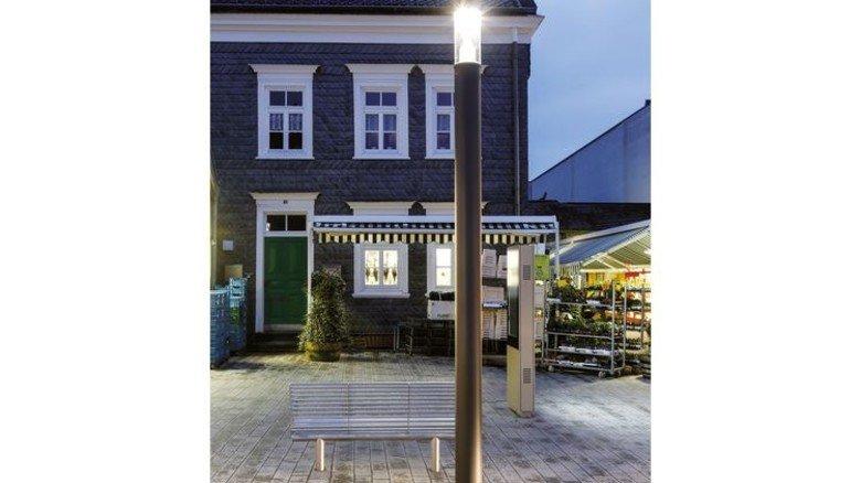 In der Öffentlichkeit: Auf Gehwegen wird es mit Leuchtdioden heller. Foto: licht.de