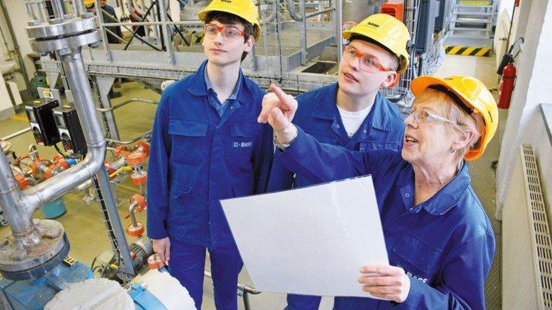 Aufmerksam: Veronika Koch erklärt, Florian Schlichtenberger (links) und Jupp Kretschmer lauschen. Deutsch