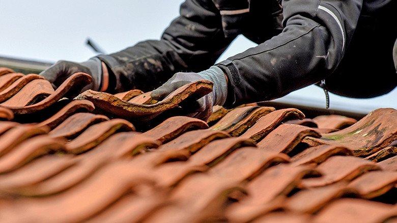 Lockere Dachpfannen: Die sollte jeder Hausbesitzer schnell auswechseln. Foto: Adobe Stock