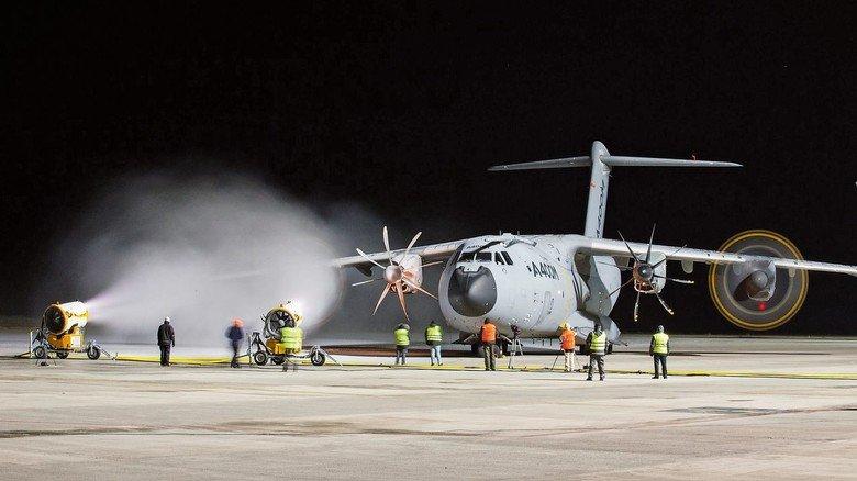 Schubstark: Das Flugzeug hat vier Turboprop-Triebwerke, die 11.000 PS leisten und eine Höchstgeschwindigkeit von fast 900 km/h ermöglichen.