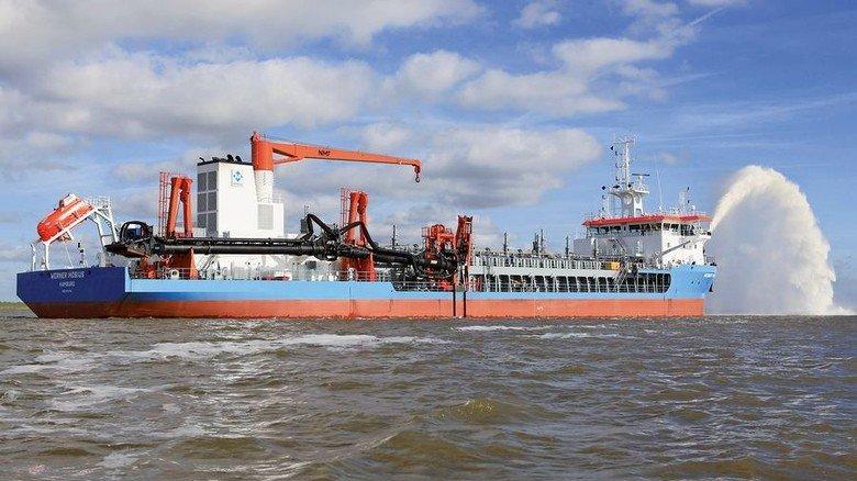 """Entladevorgang: So wie hier beim Saugbaggerschiff """"Werner Möbius"""" wird der Laderaum nach dem Baggern entleert. Foto: Sandra Platzer"""