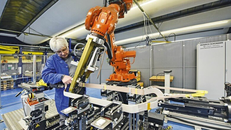 Alter Hase: Axel Romann, hier an einem Roboterarm, ist seit 33 Jahren dabei.