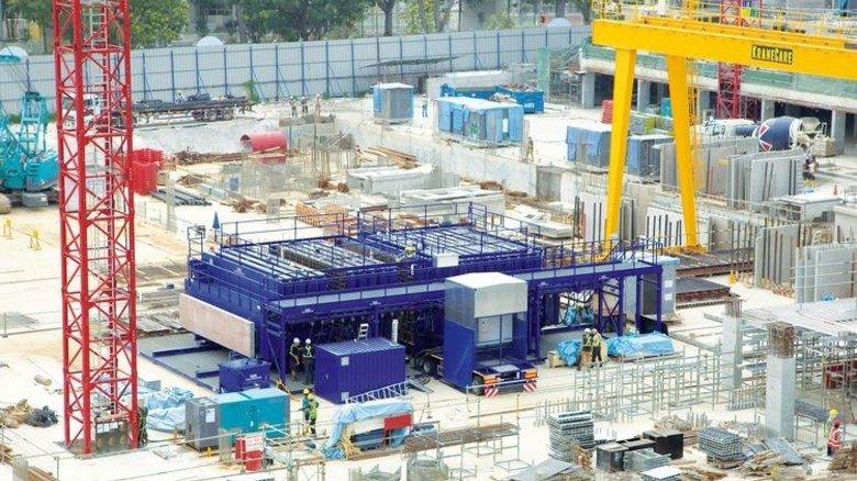 Hilft gegen Wohnungsnot: Die neue Mini-Fabrik, die direkt auf der Baustelle Betonteile produziert, hier in Singapur. Foto: Werk