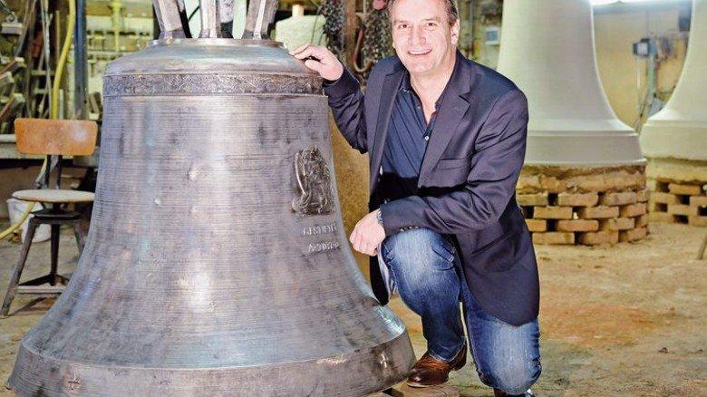 Stolz auf ein traditionsreiches Haus: Fritz Georg Rincker mit einer gerade fertiggestellten Glocke. Foto: Scheffler