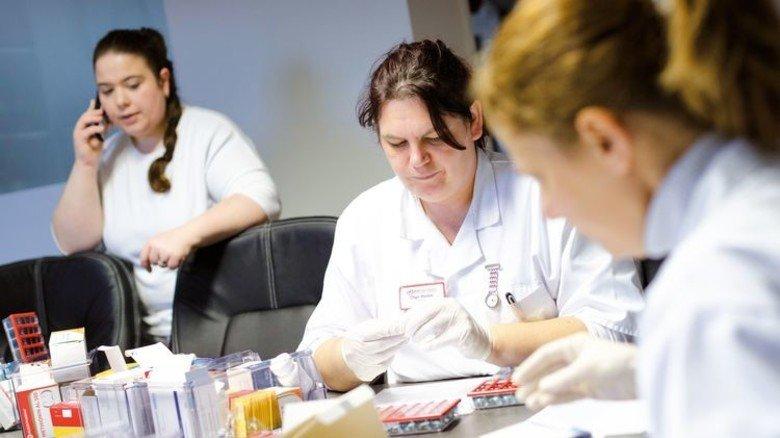 Medikamente sortieren: Auch das gehört zum Alltag von Pflegekräften. Foto: Eppler