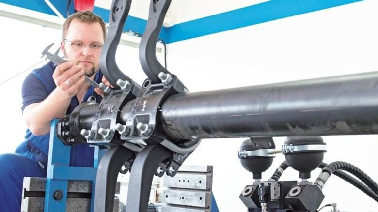 Messung: Jochen Hauschild bei einer Lebensdauer-Prüfung. Er ist einer der 33 Fahrwerksspezialisten von Hemscheidt.  Foto: Moll