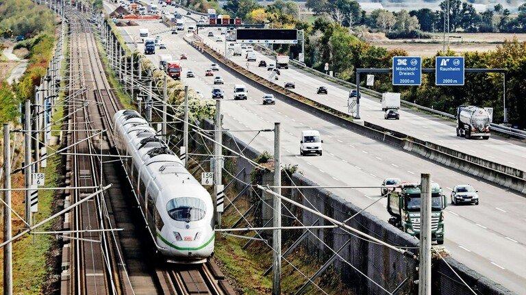 Straße und Schiene: Die EU verfolgt beim Verkehr ehrgeizige Öko-Ziele. Schließlich verursacht er fast 30Prozent der Kohlendioxid-Emissionen.