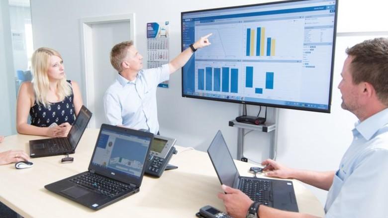 """Produktionsleiter Björn Selbach (Zweiter von rechts): """"Die Daten, die wir hier erheben, sind das Wichtige."""" Foto: Moll"""