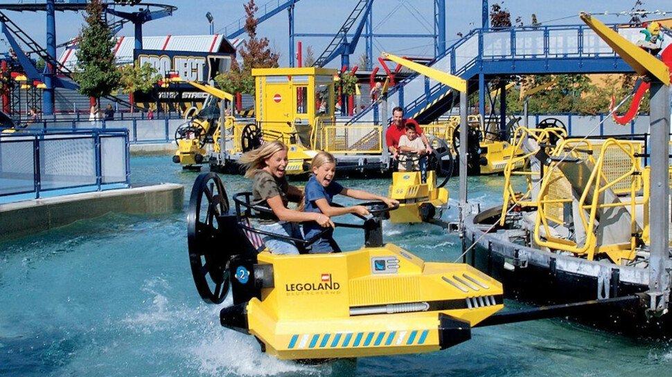 Familienspaß auf dem Wasser: Wer sich auf einen der Lego-Jetskis wagt, sollte sich auf eine Erfrischung gefasst machen.