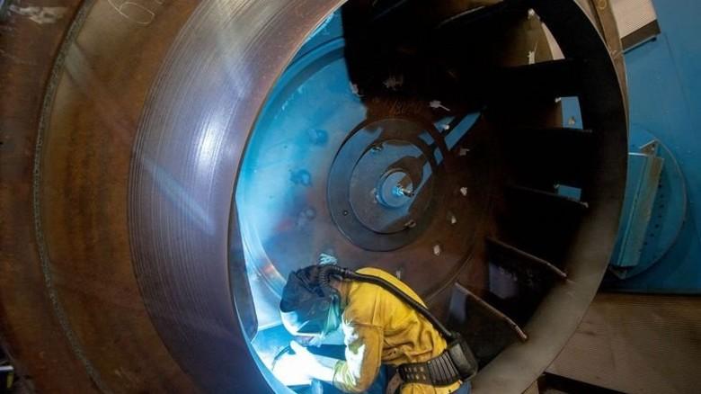 Schweißen an einem Koloss: Dennis Tissen braucht bei seiner Arbeit viel Geduld. Foto: Moll