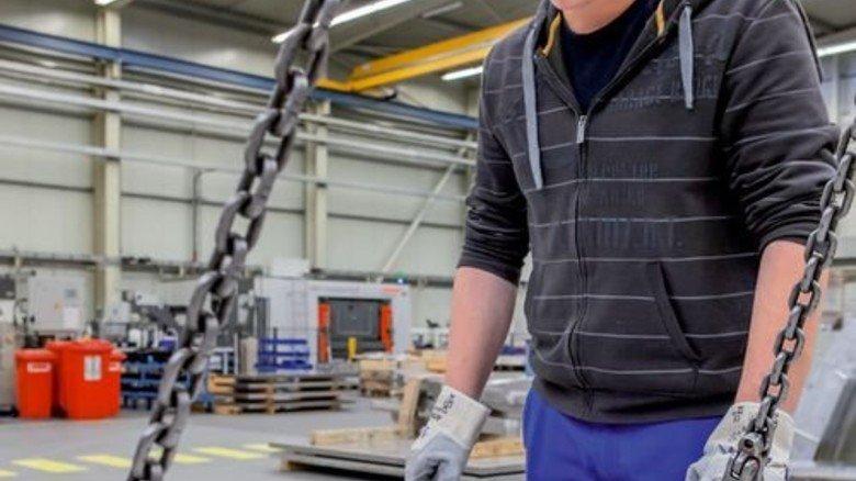 Konventionelle Technik: Wilko Müller bereitet die Bearbeitung eines Alu-Spanten vor. Foto: Ahlert