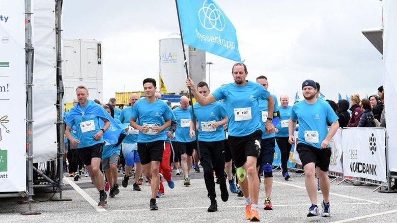 Lauf in Firmenfarben: Die Teilnehmer von Thyssenkrupp Elevator beim HSH-Nordbank-Run in Hamburg. Foto: Witters