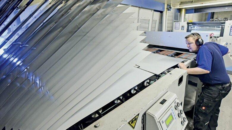 Hoher Energie-Einsatz: Alle Blechtafeln werden beidseitig lackiert und in einem 35 Meter langen Ofen getrocknet. Die in der Abluft anfallenden Lösemittel werden in einer Nachverbrennung verbrannt, die Energie wird zurückgewonnen.