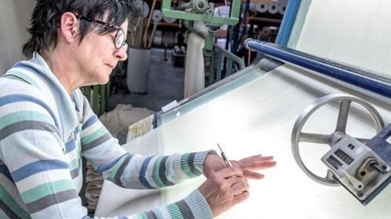 Bei der Warenschau: Ute Naumann kontrolliert Rohgewebe. Foto: Roth