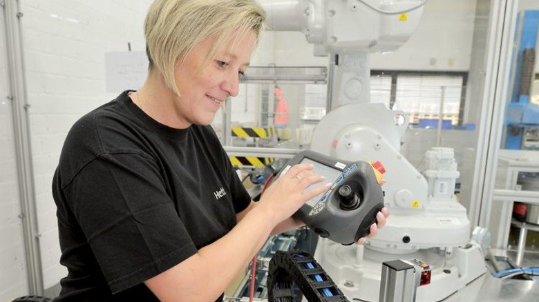 Produktion: Mitarbeiterin Viktoria Profus stellt den Roboter ein. Foto: Sigwart