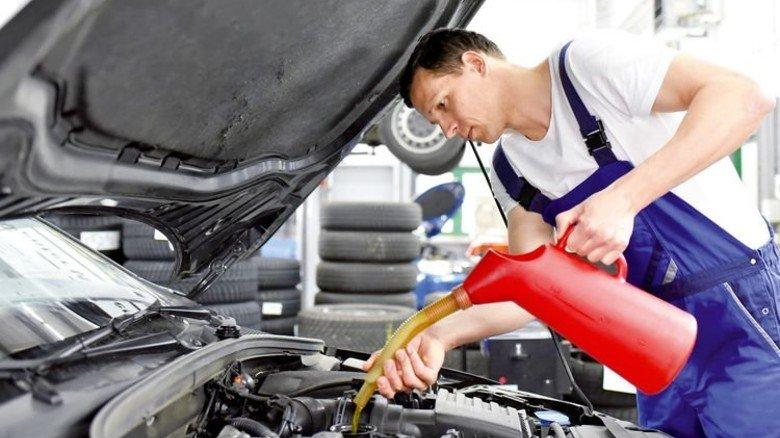 In der Werkstatt: Öle und Fette schonen den Motor. Foto: Fotolia