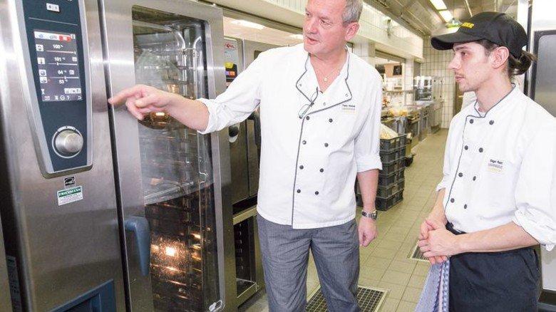 Teamarbeit: Koch Edgar Root mit Küchenchef Franz Waibel. Foto: Mierendorf