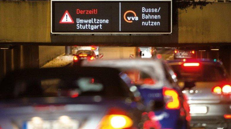 Hinweise: So werden Autofahrer auf dicke Luft im Kessel aufmerksam  gemacht. Foto: dpa