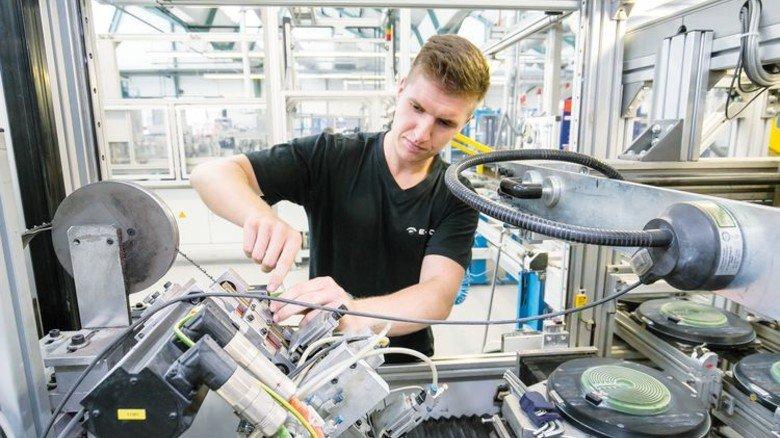 E.G.O. in Oberderdingen: Hier entstehen Hightech-Komponenten für Haushaltsgeräte. Industriemechaniker Patrick Hagmayer lernte in Workshops der AgenturQ die Maschinen noch besser kennen. Foto: Mierendorf