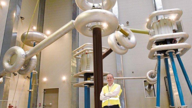Wirkt wie Science-Fiction: Geschäftsführer Tilo Stein im Prüflabor. Foto: Wirtz